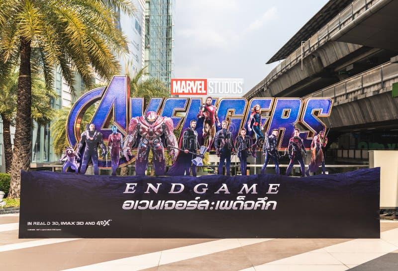 Bangkok, Thailand - 25 April, 2019: De vertoning van de de filmachtergrond van wrekersendgame op straat De promotiereclame van he stock fotografie