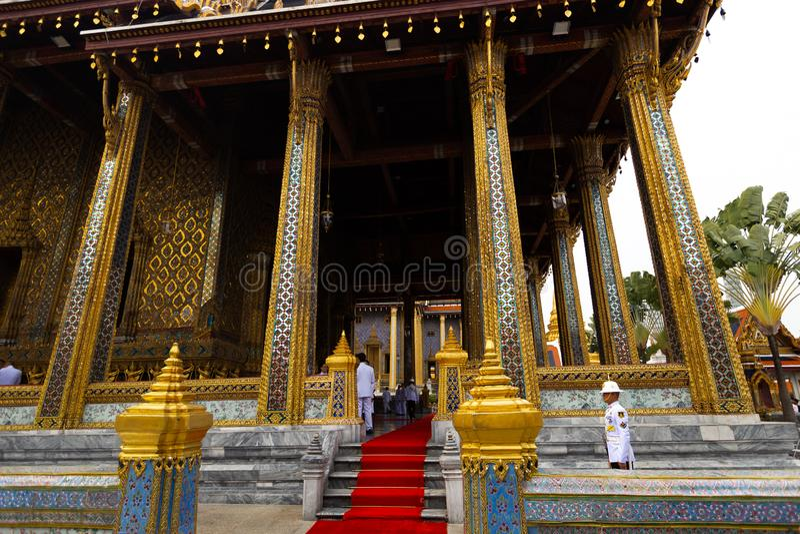 BANGKOK, THAILAND - 6. APRIL 2018: Der großartige Palast - Chakri-Tag - verziert im Gold und helle Farben, wo buddists gehen lizenzfreie stockbilder