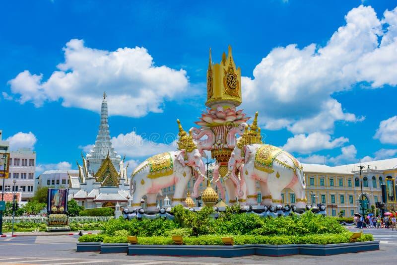 BANGKOK THAILAND APRIL 29: Elefantstaty utanför den storslagna slotten på blå himmel, på APRIL 29, 2019 i Bangkok, Thailand arkivbilder