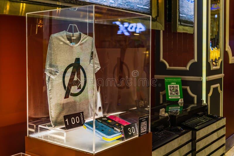 Bangkok Thailand - April 24, 2019: För Endgamesouvenir för hämnare 4 t-skjorta för fanclub för biomedlembelöning genom att använd royaltyfria foton