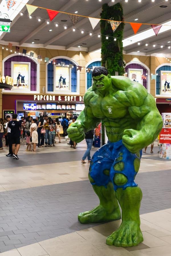 Bangkok Thailand - April 24, 2019: För Endgametecken för hämnare 4 modell Hulk framme av teatern med folk som upp till queing köp arkivbild