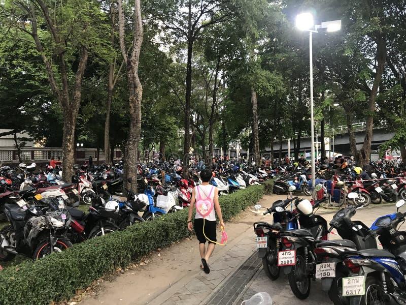 BANGKOK THAILAND - APRIL 15, 2018: Festival Songkran för nytt år på natten med vattenvapen och mycket folk arkivfoto