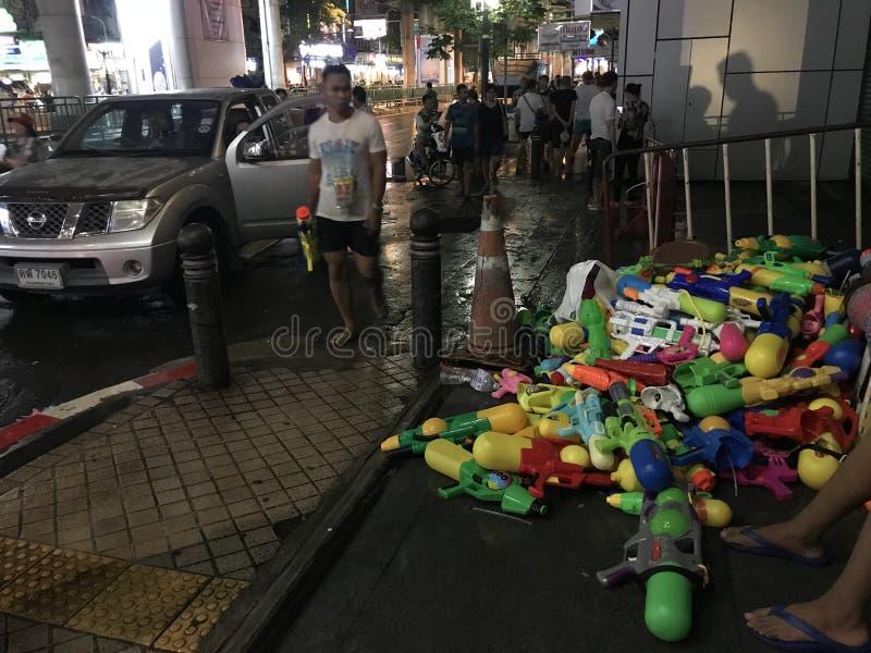 BANGKOK THAILAND - APRIL 15, 2018: Festival Songkran för nytt år på natten med vattenvapen och mycket folk royaltyfria bilder