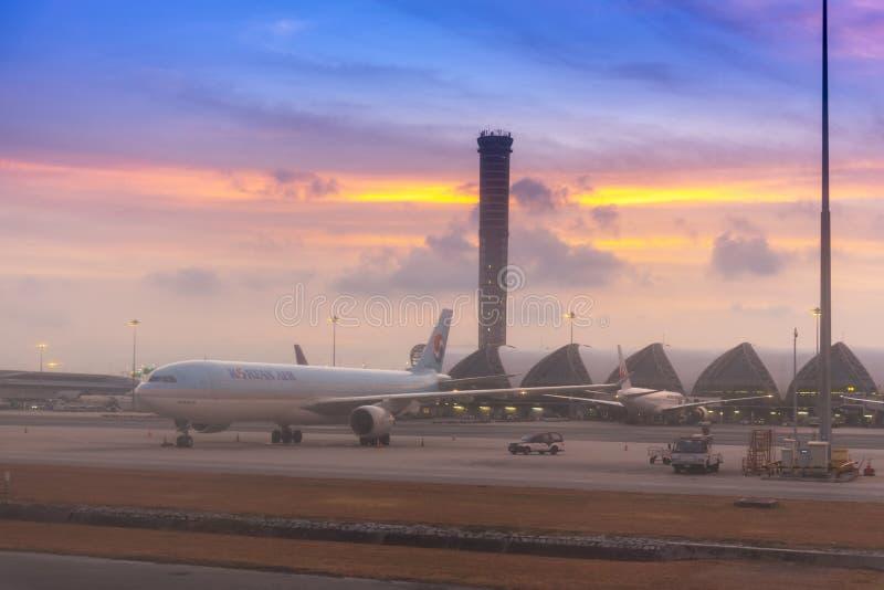 BANGKOK, THAILAND - April 10, 2019: Het parkeren van het luchtvliegtuig bij de dienst van de luchthavenhelling voor commercieel l royalty-vrije stock foto