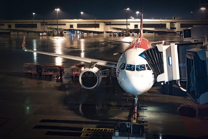 Bangkok, Thailand - 27 April 2018: Het vliegtuigdok brengt de passagier bij de nacht in Don Mueang International Airport op 27 ov royalty-vrije stock foto