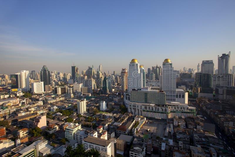 Bangkok Thailand - april21,2015: hohe Winkelsicht von Bangkok-Wolkenkratzer an pratunam Bezirk einer des Geschäftszentrumbereichs stockfoto