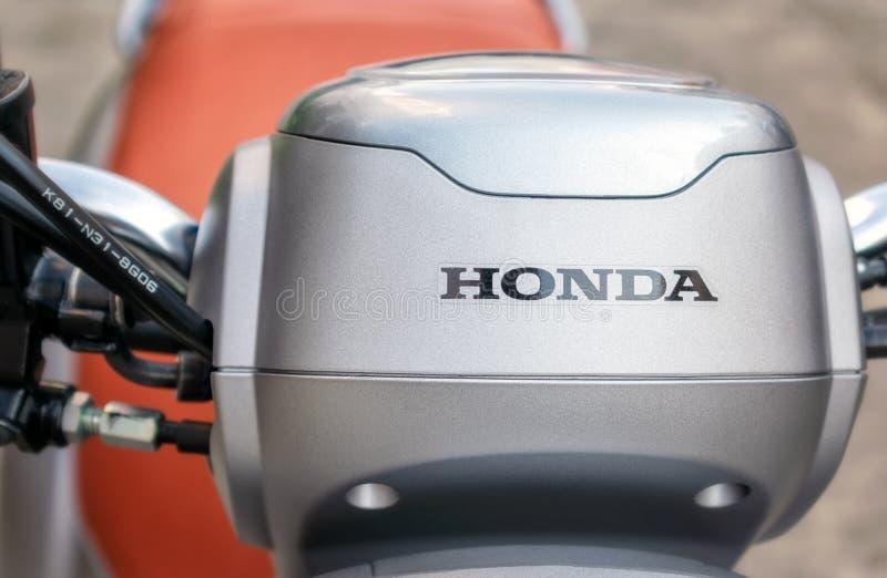 BANGKOK, THAILAND - APRIL 03, 2019: Honda-Embleem op een nieuwe 2019 Honda Scoopy i Club 12 Scooter stock foto