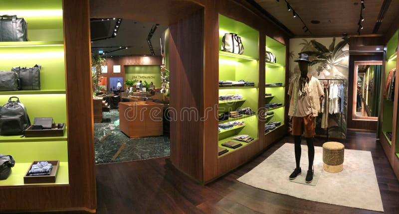 BANGKOK, THAILAND - 16. APRIL 2018: Jim Thompson-Geschäft mit schönen Schalen lizenzfreies stockbild
