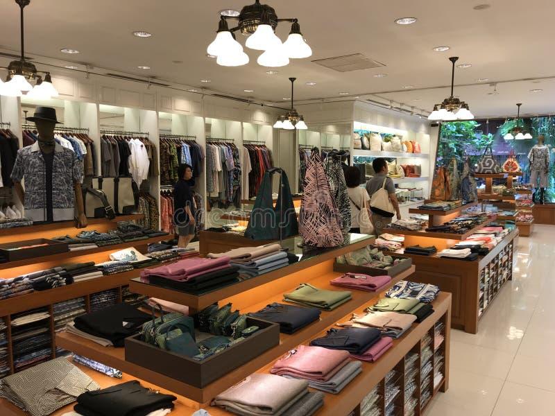 BANGKOK THAILAND - APRIL 16, 2018: Jim Thompson shoppar i hans hus som är öppet för turister arkivbild