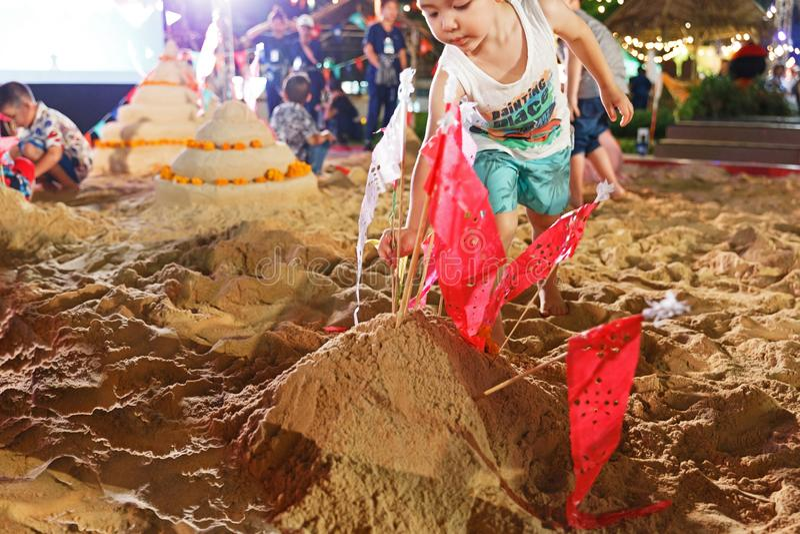 Bangkok/Thailand - 12. April 2018: künstliche Sandpagode, Kinderspiel Sandpagode bei Songkarn angemessen, König Power in Bangkok stockfotografie