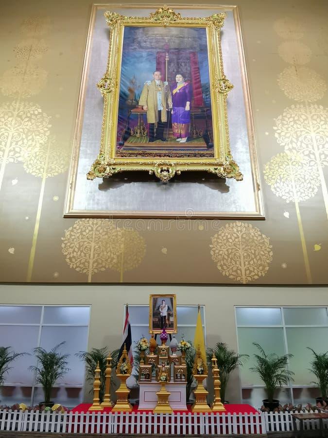 Bangkok Thailand - April 28, 2019: Konung Rama 9 hans majest?tkonung Bhumibol Adulyadej & drottningbild p? Hallen av Ramathibodi  fotografering för bildbyråer