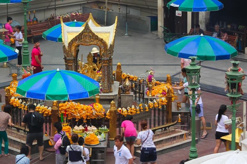 Bangkok, Thailand - 31. April 2014 Leute, die an einem Altar der Anbetung zu Phra Phrom, Gott der verkündeten Welt in der Stadt b lizenzfreie stockbilder