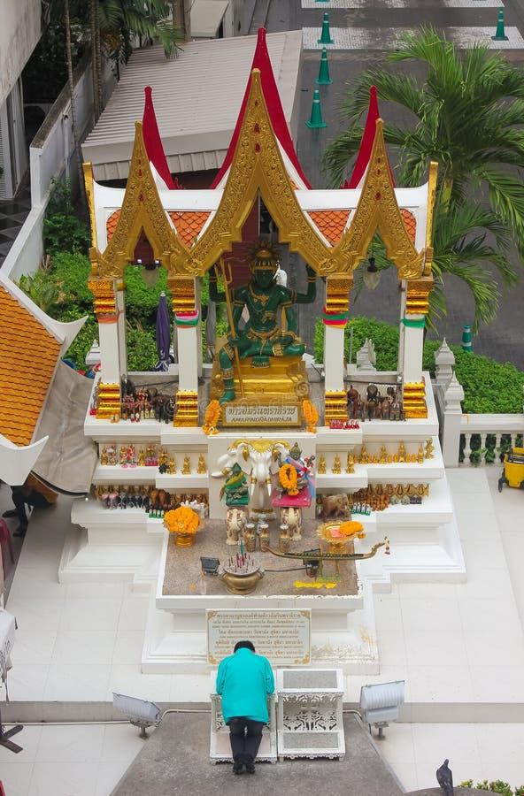 Bangkok Thailand - April 31, 2014 Man som ber på den Amarindradhiraja relikskrin i staden av Bangkok, Thailand fotografering för bildbyråer