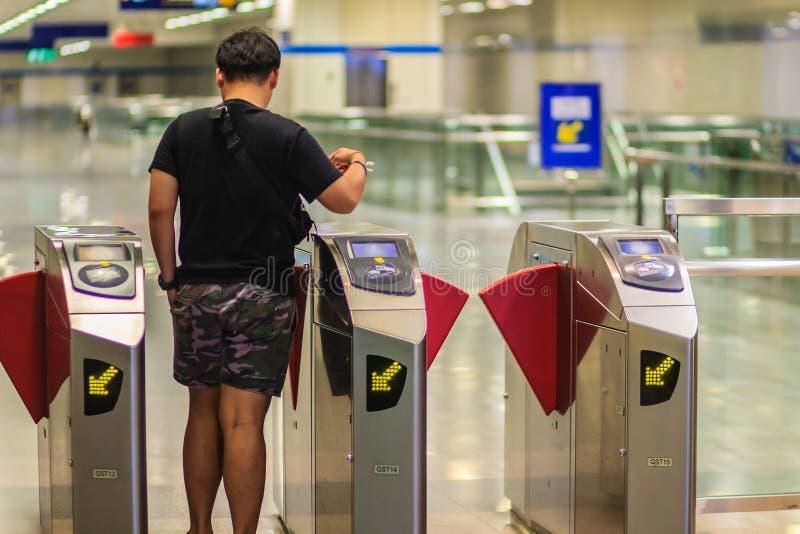 Bangkok, Thailand - April 23, 2017: Niet geïdentificeerd passagiersgebruik c royalty-vrije stock foto