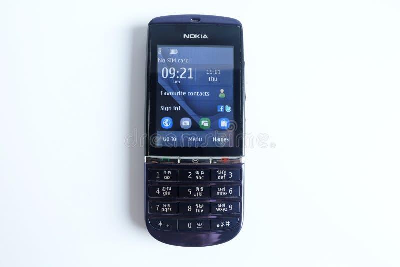 Bangkok, Thailand - 22. April 2018: Nokia Asha 300, keine SIM-Karte, Handy Tastatur lokalisiert auf Weiß lizenzfreie stockfotografie