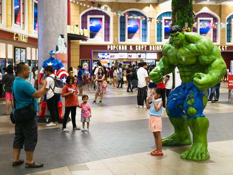 Bangkok Thailand - April 24, 2019: Oidentifierad man som tar ett foto av hans barn med Hulkmodellen under Endgame för hämnare 4 royaltyfria bilder