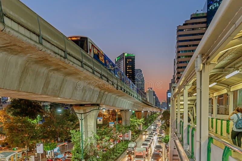 Bangkok/Thailand - April 12 2018: Op Sukhumvit-weg zijn BTS of Skytrain Systeem van de de Massadoorgang van Bangkok, Één van gesc stock foto