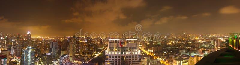 Bangkok Thailand - April 28, 2014 Panorama- bild av staden av Bangkok på natten arkivfoton