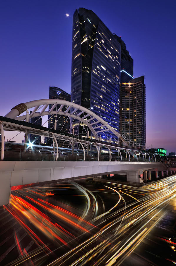 BANGKOK THAILAND - 11 April: Schemeringtijd en traffin het centrum van de economische sector van Bangkok op 11 April, 2016 in BAN royalty-vrije stock fotografie