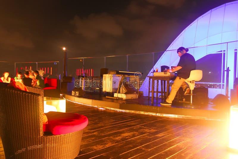 Bangkok, Thailand - April 28, 2014 Schijfjockey of DJ die klaar voor een nacht en goede atmosfeer op een terras van Bangkok wegga royalty-vrije stock foto's