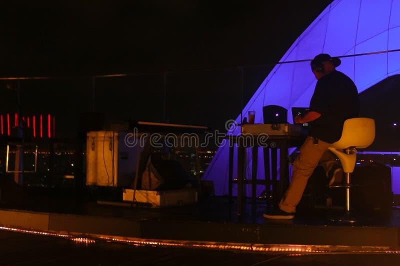 Bangkok, Thailand - April 28, 2014 Schijfjockey of DJ die klaar voor een nacht op een terras in Bangkok Thailand weggaan royalty-vrije stock foto's
