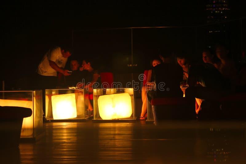 Bangkok, Thailand - 28. April 2014 Sitzung von den Leuten, welche die Nacht und eine gute Atmosphäre in einer Terrasse der Stadt  lizenzfreie stockfotografie