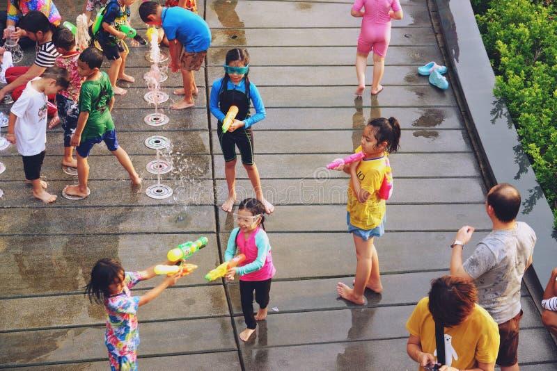 Bangkok, Thailand - 15. April 2019: Songkran-Festival oder das thailändische Festival des neuen Jahres, asiatisches Kind, das Wa lizenzfreie stockfotos