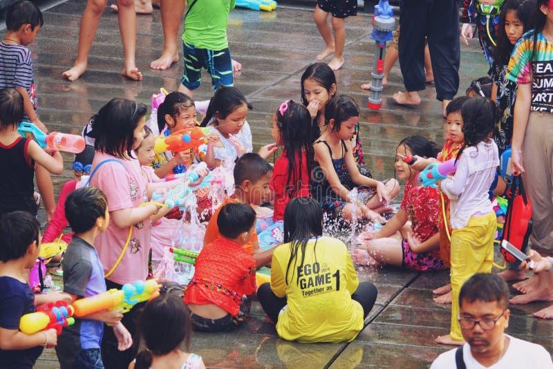 Bangkok, Thailand - 15. April 2019: Songkran-Festival oder das thailändische Festival des neuen Jahres, asiatisches Kind, das Wa stockfoto