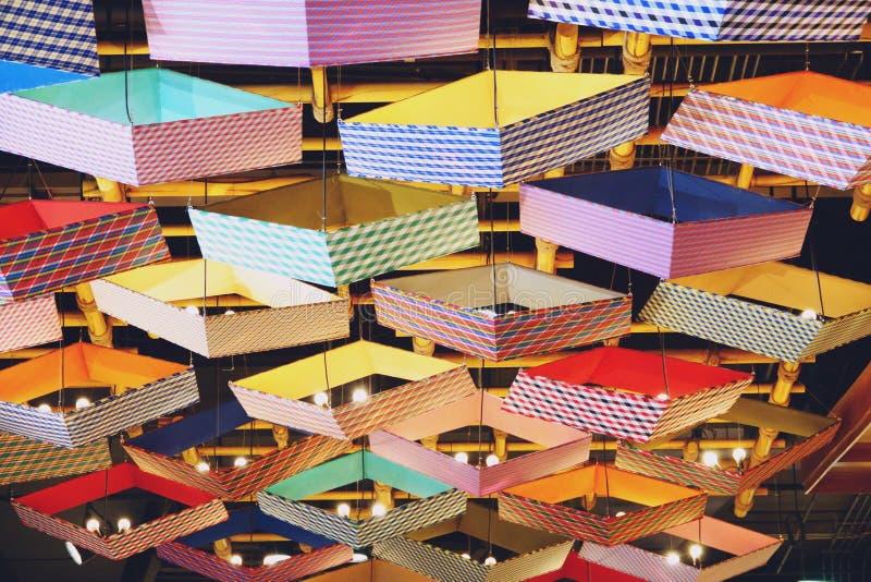 BANGKOK THAILAND-APRIL 16, 2019: Takljus som är moderna i den symbolsSiam shoppinggallerian royaltyfri foto