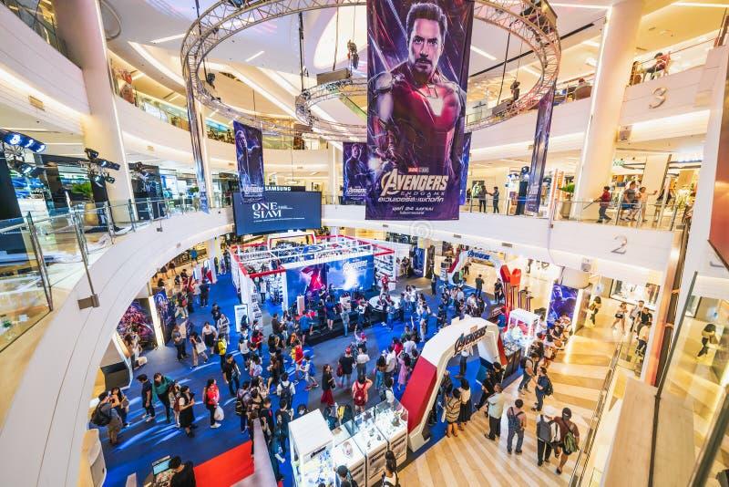 Bangkok Thailand - April 25, 2019: Tr?ngt ihop folk som deltar i b?set f?r h?mnareEndgameutst?llning i shoppinggalleria arkivbild