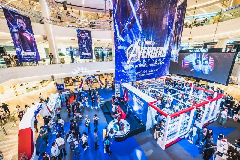 Bangkok Thailand - April 25, 2019: Tr?ngt ihop folk som deltar i b?set f?r h?mnareEndgameutst?llning i shoppinggalleria arkivfoto