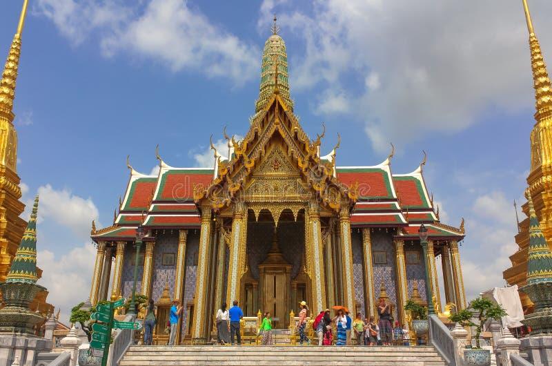 Bangkok Thailand - April 29, 2014 Turister på templet av Emerald Buddha, Bangkok, Thailand royaltyfri fotografi