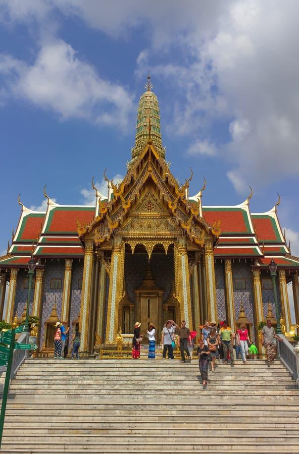 Bangkok Thailand - April 29, 2014 Turister på Wat Phra Kaew, tempel av Emerald Buddha, Bangkok, Thailand royaltyfri foto