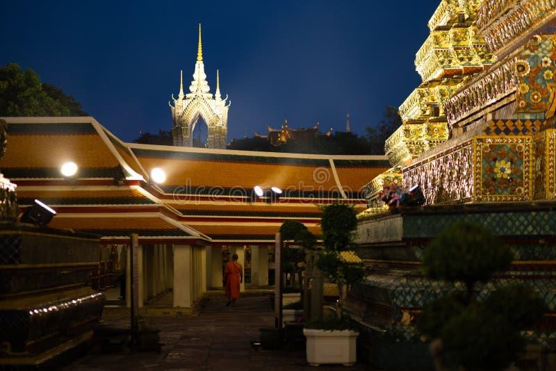 BANGKOK, THAILAND - 6. APRIL 2018: Wat Pho-buddist Tempel - verziert im Gold und in den hellen Farben, wohin buddists gehen zu be stockfoto
