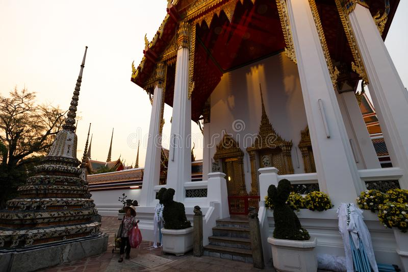 BANGKOK THAILAND - APRIL 6, 2018: Wat Pho buddisttempel - som dekoreras i guld- och ljusa färger var buddists går att be - arkivbilder