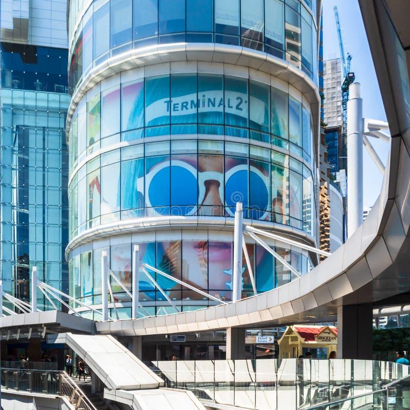 BANGKOK, THAILAND - 12 APRIL 2017: Winkelcomplexterminal 21 en gang aan de voorkant die met de BTS-hemeltrein verbond stock afbeeldingen