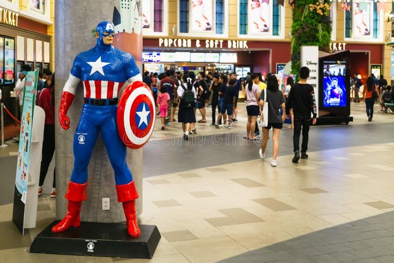 Bangkok, Thailand - 24 April, 2019: Wrekers 4 Endgame-karakter modelkapitein America voor het Theater met Mensen die omhoog quein stock afbeeldingen