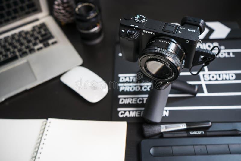 BANGKOK THAILAND-APRIL 26 2019: Yrkesm?ssig fotografiutrustning av fotografer p? studion Sony a6400 med linsen ?r den nya modelle royaltyfria foton