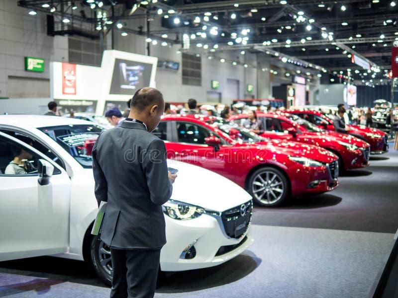 Bangkok, Thailand Augsut 23, 2018: Achtermening van autoverkoper in de tentoonstellingsinternational auto show 2018 van de motors royalty-vrije stock foto's