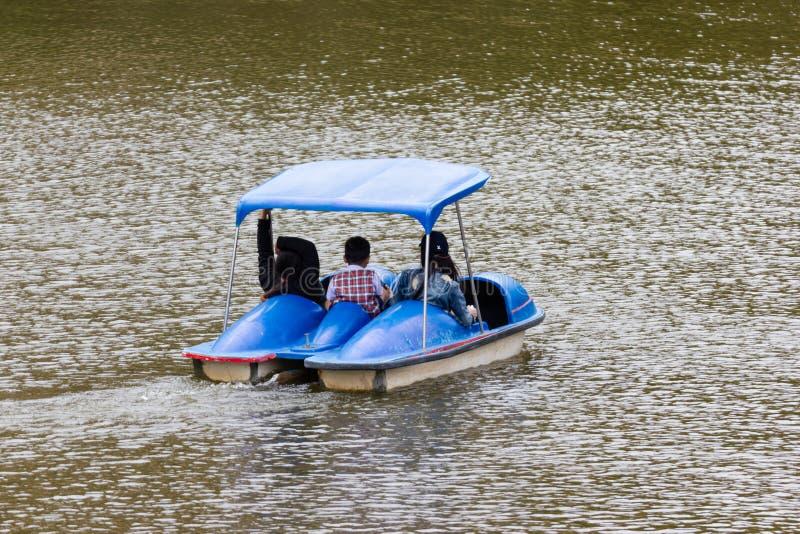 Bangkok Thailand:- 10. August 2018:- Feiertag am See die Familie auf Tretboot lizenzfreies stockbild