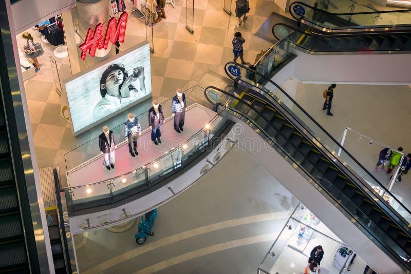 BANGKOK, THAILAND - 24. AUGUST: Kleidungseinzelhändler H&M gründete Plakat und Mannequin, um Kunden im Anschluss 21 Einkaufsmal a lizenzfreies stockfoto