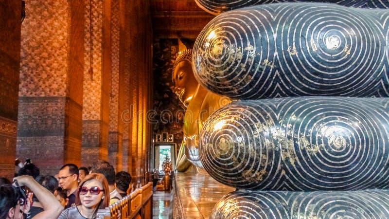 Bangkok, Thailand - 7. August 2011: Touristen, die Wat Pho, den Tempel des stützenden Buddhas besuchen lizenzfreie stockfotografie