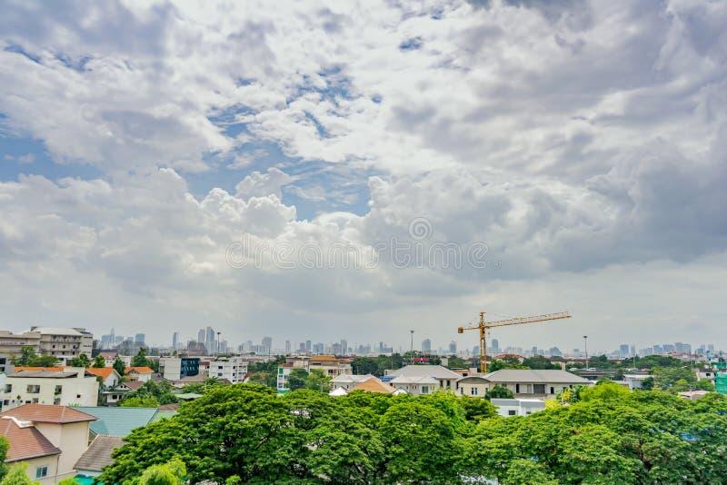 Bangkok Thailand - 22 Augusti, 2018: Bangkok cityscape på staden i stadområde med byggande lite varstans i dagen att öppen himmel arkivfoto