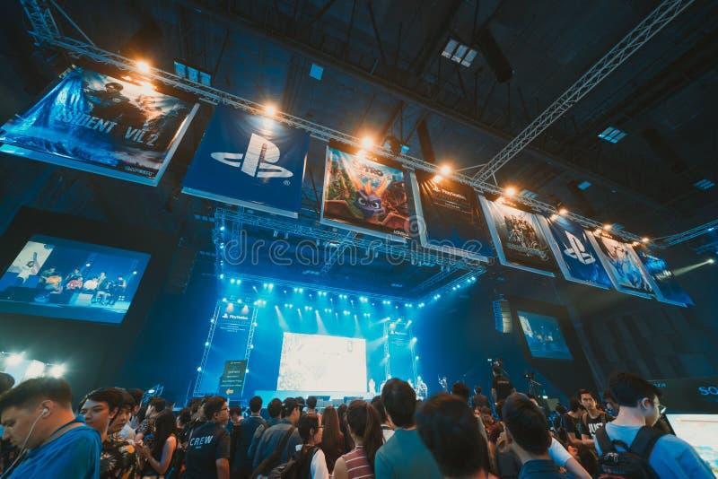 Bangkok Thailand - Augusti 18, 2018: Folkmassa av gameren som deltar i etappshowhändelse av det PlayStation erfarenhetsHAVET Sout arkivbild
