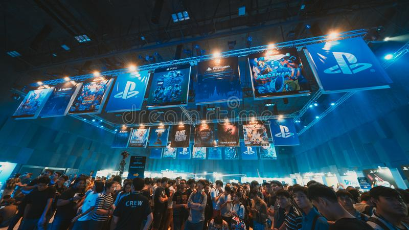 Bangkok Thailand - Augusti 18, 2018: Folkmassa av gameren som deltar i etappshowhändelse av det PlayStation erfarenhetsHAVET (syd arkivbild