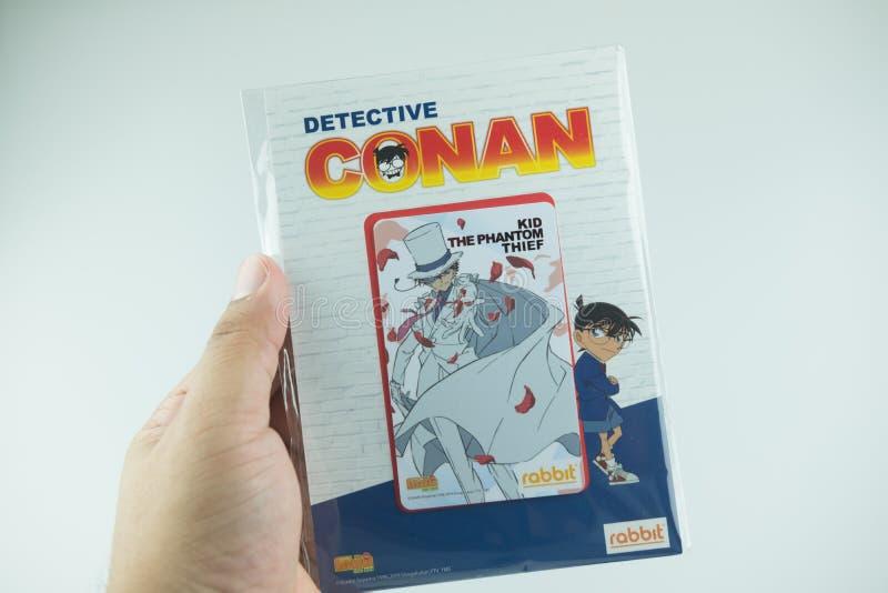 Bangkok Thailand - Augusti 8, 2019 Hand som rymmer för Conan för kriminalare för BTS-biljettmodell försäljning för start samling  royaltyfria bilder