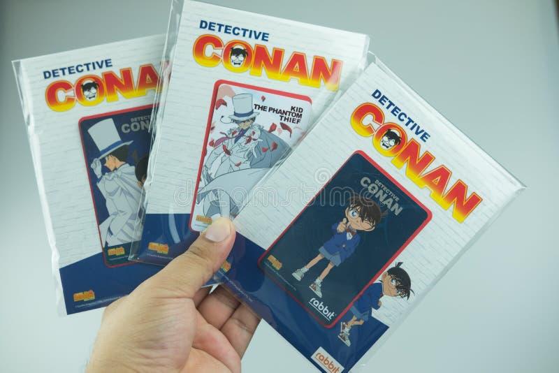 Bangkok Thailand - Augusti 8, 2019 Hand som rymmer för Conan för kriminalare för BTS-biljettmodell försäljning för start samling  royaltyfria foton