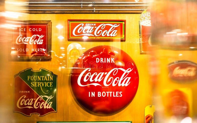 Bangkok Thailand - Augusti 12, 2019: Olik typ av tappningsignagen av den Coca Cola samlingen i det Coca Cola museet på Baan Bangk arkivbild