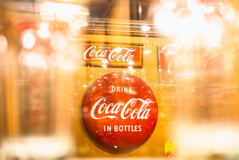 Bangkok Thailand - Augusti 12, 2019: Olik typ av tappningsignagen av den Coca Cola samlingen i det Coca Cola museet på Baan Bangk arkivfoto