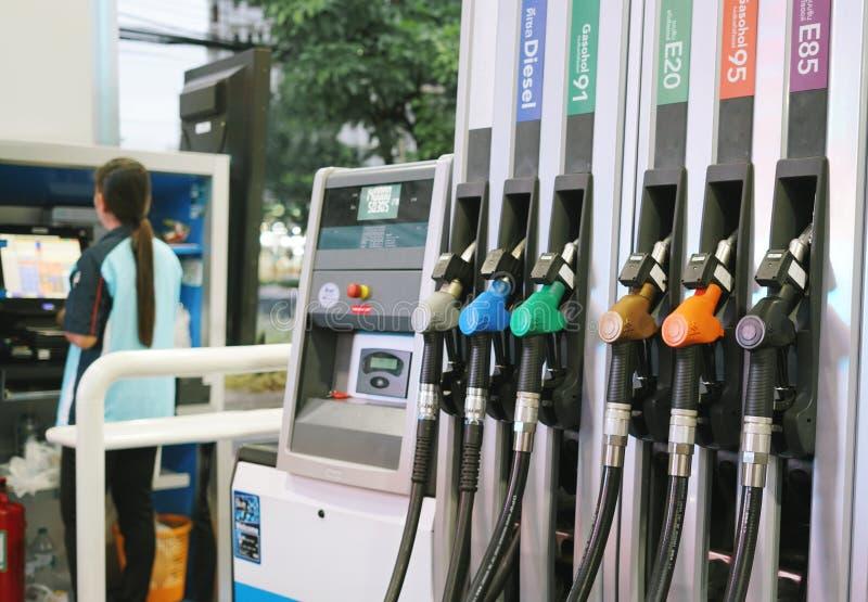 BANGKOK, 4 THAILAND-AUGUSTUS 2019: Olie het uitdelen post, in een benzinestation in BANGKOK stock foto's